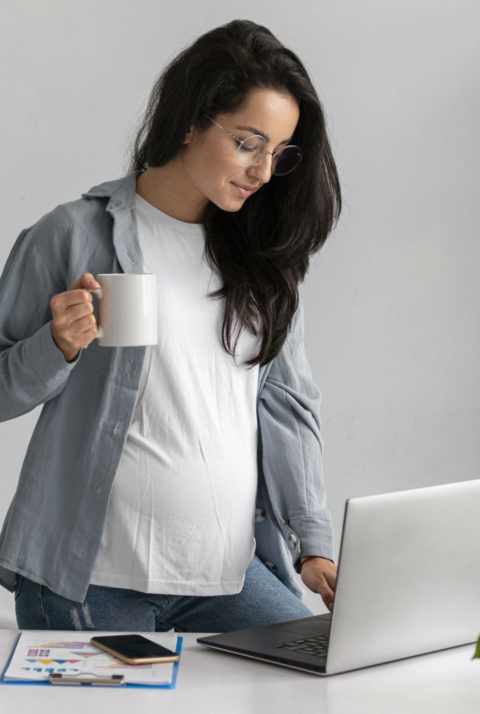 pregnant-businesswoman-working-on-laptop-at-home